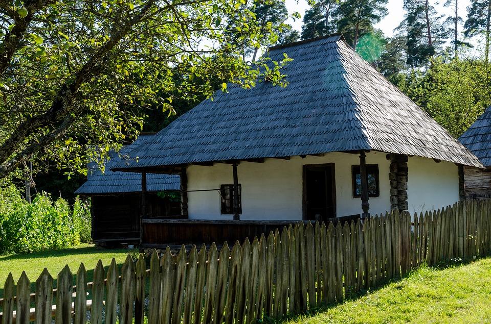 Visezi să trăieși ca pe vremea bunicilor? Acum îți poți cumpăra o casă tradițională nou-nouță la doar 10.000 de euro – FOTO