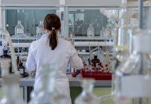 medic in laborator